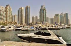 Diseño agresivo de Dubai Marina Walk Yacht Imagen de archivo libre de regalías
