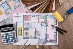 Diseño arquitectónico de la casa con las herramientas y el catálogo de los muebles Fotografía de archivo