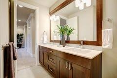 Diseño blanco y limpio del cuarto de baño en hogar a estrenar fotos de archivo libres de regalías