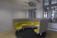 Diseño circular de la zona para sentarse de la oficina para las pequeñas reuniones fotos de archivo libres de regalías