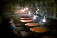 Diseño clásico del vintage del café del café con la luz fotos de archivo libres de regalías