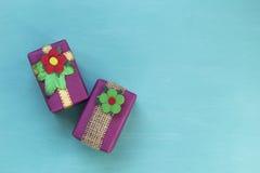 Diseño colorido de la caja de regalo en fondo azul Imagen de archivo