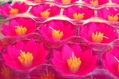 Diseño colorido de la vela de Lotus, vela de las flores que flota en el agua imagenes de archivo