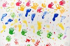 Diseño colorido hecho de las impresiones de la mano y del pie del niño imágenes de archivo libres de regalías