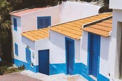 Diseño común y simple de casa blanca y azul en la isla de Madeira, Portugal Foto de archivo