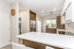 Diseño contemporáneo de la cocina en un hogar remodelado fotografía de archivo libre de regalías