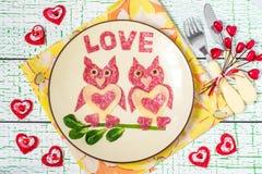 Diseño creativo de bocados para el día de tarjetas del día de San Valentín Fotos de archivo libres de regalías
