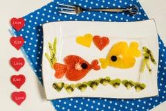 Diseño creativo de ensalada de fruta para el día de tarjetas del día de San Valentín Fotos de archivo
