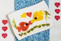 Diseño creativo de ensalada de fruta para el día de tarjetas del día de San Valentín Foto de archivo libre de regalías
