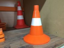 Diseño creativo del camino de la seguridad Cono del tráfico Bajo construcción imagen de archivo