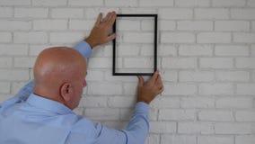 Diseño de Arranging Interior Office del hombre de negocios que encuentra una posición del marco respecto a la pared almacen de metraje de vídeo