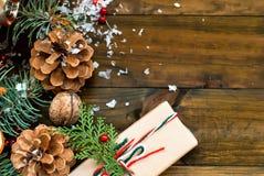 Diseño de cintas, de ramas y de bayas de un regalo del Año Nuevo Imagen de archivo libre de regalías