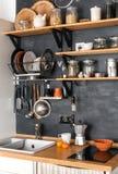 Diseño de cocina moderna en desván y estilo rústico Imagenes de archivo