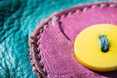 Diseño de cuero de costura con el botón amarillo Fotos de archivo libres de regalías