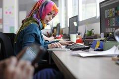 Diseño de funcionamiento islámico de la mujer creativo imagen de archivo libre de regalías