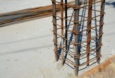 Diseño de fundaciones del hormigón reforzado Construido por los trabajadores Marco del metal imagen de archivo libre de regalías