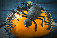 Diseño de Halloween Cinta y araña de púas del documento negro sobre el p Foto de archivo