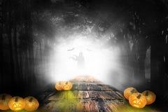 Diseño de Halloween - las calabazas del bosque adentro oscurecen ilustración del vector