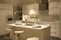 Diseño de interiores moderno de la cocina foto de archivo