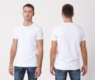 Diseño de la camiseta y concepto de la gente - cercano para arriba de hombre joven en la camiseta blanca en blanco, camisa, delan Fotografía de archivo libre de regalías