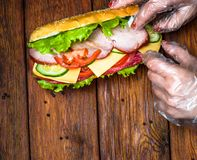 Diseño de la comida - bocadillo con la carne y las verduras en la madera Imagen de archivo libre de regalías