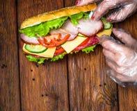Diseño de la comida - bocadillo con la carne y las verduras en la madera Foto de archivo