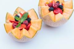 Diseño de la comida y concepto sano de la nutrición Frambuesa, fresa y zarzamora frescas de Delisious con la menta en melón ta foto de archivo libre de regalías