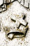 Diseño de la cruz y de la corona en la estatua del cementerio foto de archivo