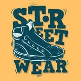 Diseño de la etiqueta del desgaste de la calle con un ejemplo de la zapatilla de deporte Gra del vector libre illustration