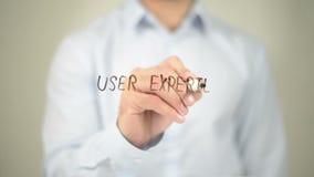 Diseño de la experiencia del usuario, escritura del hombre en la pantalla transparente metrajes