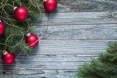Diseño de la frontera de la Navidad en un fondo de madera Foto de archivo