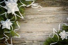 Diseño de la frontera de la Navidad en un tablón de madera Foto de archivo libre de regalías