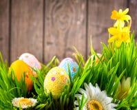 Diseño de la frontera de Pascua Huevos coloridos en hierba de la primavera fotografía de archivo libre de regalías