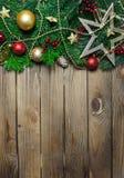 Diseño de la frontera de la Navidad en el fondo de madera Fotos de archivo