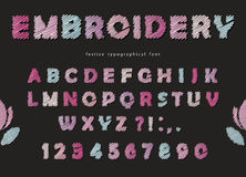 Diseño de la fuente del bordado Letras y números lindos de ABC en colores en colores pastel Foto de archivo libre de regalías
