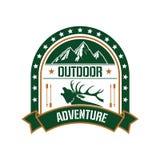 Diseño de la insignia del club de la aventura con los ciervos y la montaña ilustración del vector