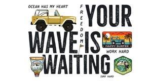 Diseño de la insignia que practica surf Logotipo al aire libre de la aventura con cita del viaje que acampa - su onda está espera stock de ilustración