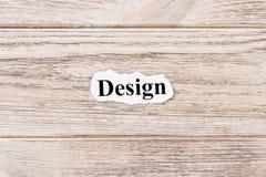 Diseño de la palabra en el papel Concepto Palabras del diseño en un fondo de madera foto de archivo libre de regalías