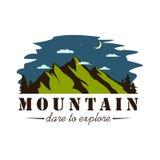 Diseño de la plantilla de Forest Explorer Adventure Badge Vector de la montaña de la noche Foto de archivo