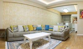 Diseño de la sala de estar con el sofá y la alfombra Imagen de archivo libre de regalías