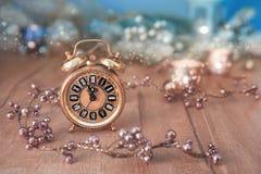 Diseño de la tarjeta de felicitación con el reloj del vintage que muestra cinco al mignight Imagen de archivo
