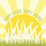 Diseño de la tarjeta de felicitación de Pascua con los conejitos blancos Imagenes de archivo