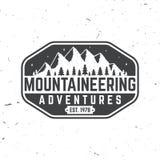 Diseño de la tipografía del vintage con la silueta de la montaña Foto de archivo