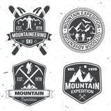 Diseño de la tipografía del vintage con los montañeses y la silueta de la montaña Fotos de archivo