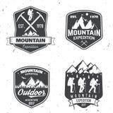 Diseño de la tipografía del vintage con los montañeses y la silueta de la montaña Imagen de archivo