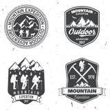 Diseño de la tipografía del vintage con los montañeses y la silueta de la montaña Imágenes de archivo libres de regalías