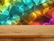 Diseño de las tarjetas del día de San Valentín Tabla de madera vacía de la cubierta sobre adorno de los corazones Re Fotografía de archivo libre de regalías