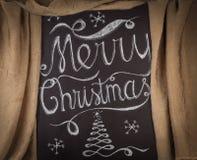 Diseño de letras dibujado mano de la Feliz Navidad enmarcado por el cur de oro Fotos de archivo libres de regalías