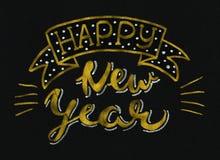 Diseño de letras moderno elegante del cepillo del oro de la Feliz Año Nuevo que brilla en un fondo negro Fotografía de archivo