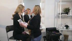 Diseño de muchacha de las cejas en un salón de belleza, artista de maquillaje del contorno que hace maquillaje Salón de belleza p metrajes